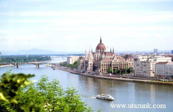 Budapest, Parlament Budáról fényképezve