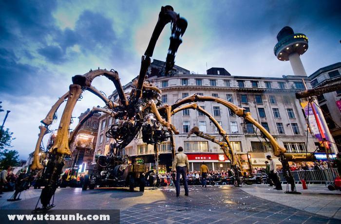 Óriás robot rovar Liverpool belvárosában