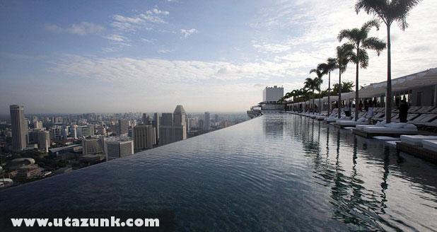 Marina Bay Sands Hotel, Feszített víztükrû medence a tetõn