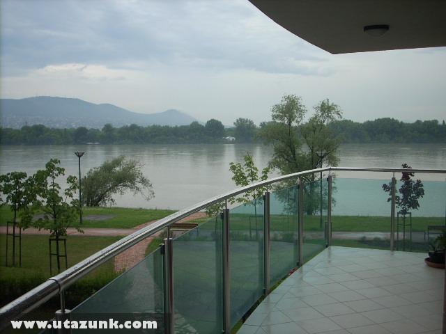Kilátás a Dunára, és a Budai hegyekre