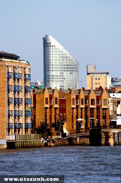 London, Ugrás a Temzébe (háttérben az Ontartio Tower)