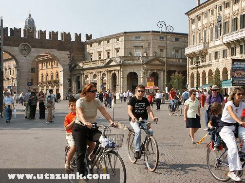 Kerékpárosok Verona belvárosában