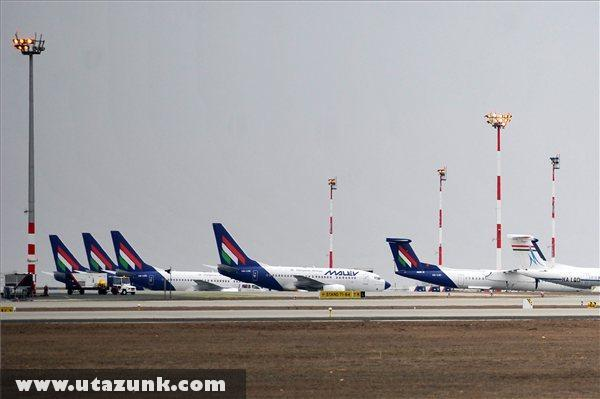 A Malév repülõgépei parkolnak a Budapest Liszt Ferenc Nemzetközi Repülõtéren