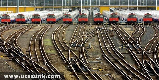 Indulásra váró londoni metrószerelvények