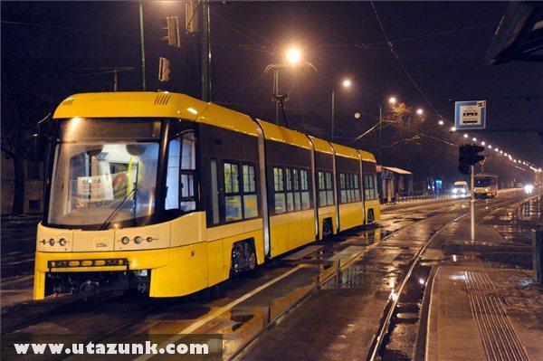 Egy Pesa Swing Szeged típusú villamos áll a szegedi Kossuth Lajos sugárúton