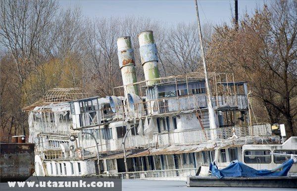 A megsüllyedt Szõke Tisza hajó a Szeged-tápéi téli kikötõben