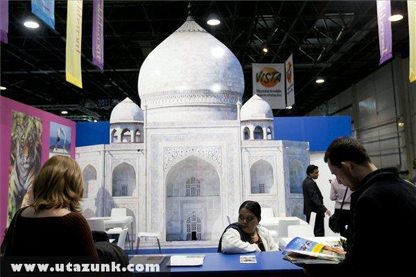 Érdeklõdõk India standjánál a 35. Utazás kiállításon
