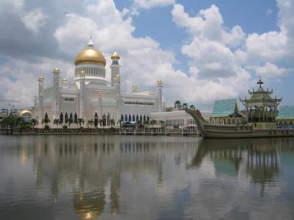 Csónakázótó a brunei szultán udvarában