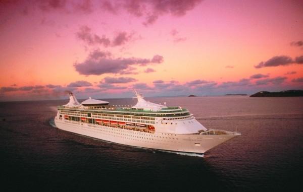 Karibi hajó a naplementében