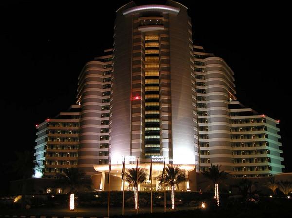 Dubai luxusszálloda este.