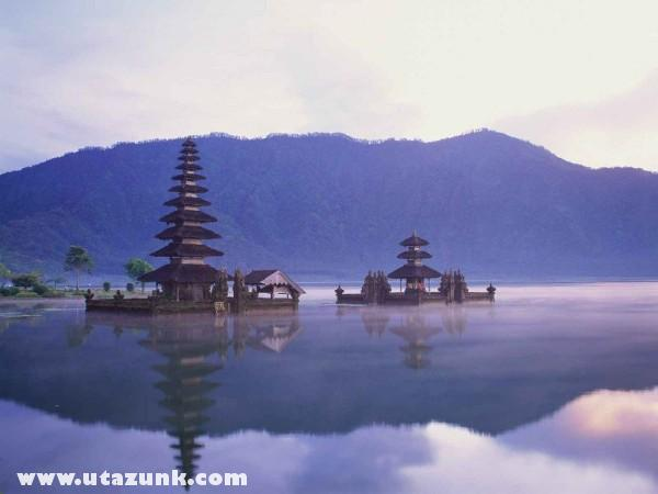 Pura Ulun Danu on Lake Bratan, Bali, Indonézia