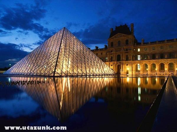 Pyramid at Louvre Museum, Párizs